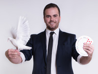 Corporate entertainer mike lindsay offers professional magic shows for your Auckland events